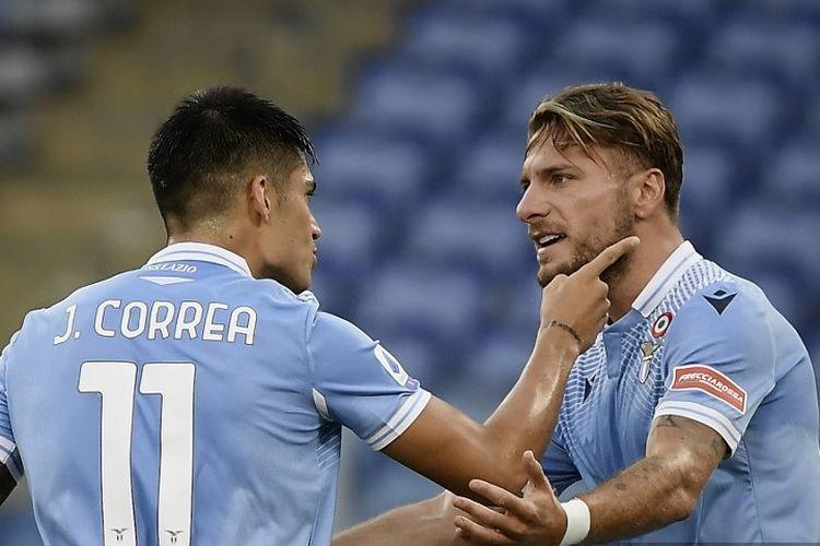 Joaquin Correa (kiri) merayakan golnya bersama Ciro Immobile (kanan) pada laga Lazio vs Brescia di Stadio Olimpico dalam lanjutan pekan ke-37 Serie A, kasta teratas Liga Italia, Rabu 28 Juli 2020.