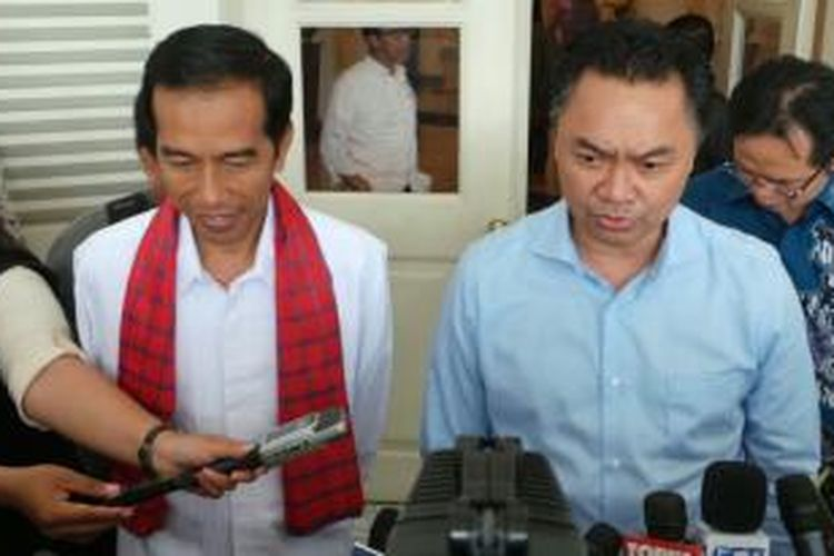 Salah satu kandidat calon presiden di Konvensi Demokrat, Dino Patti Djalal (kanan), bertemu Gubernur DKI Jakarta Joko Widodo, Jumat (17/1/2014) siang.