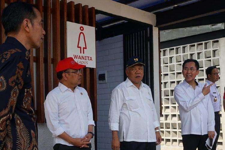 Presiden Joko Widodo meninjau fasilitas penunjang bagi masyarakat berkebutuhan khusu di Kompleks Gelora Bung Karno, Jakarta, Selasa (16/10/2018).