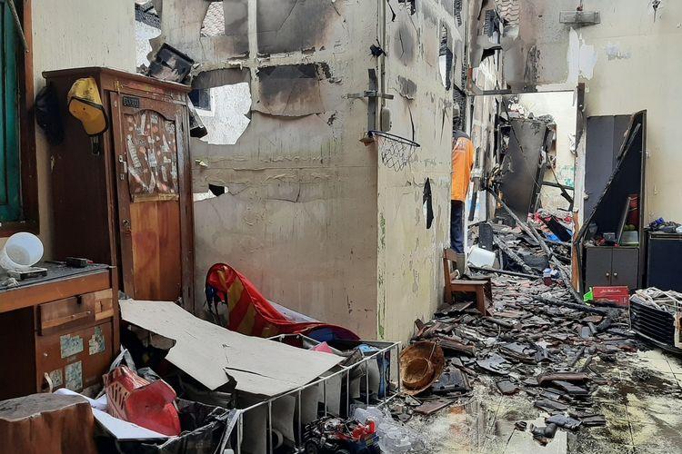 Kondisi rumah yang dihuni Eko Agus di kawasan Pasar Cebongan, Desa Sumberadi, Kecamatan Mlati, Kecamatan Sleman usai kebakaran. Peristiwa kebakaran diduga akibat korsleting listrik.