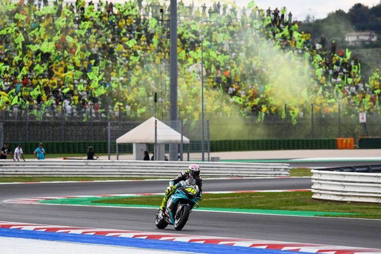 Pebalap Petronas Yamaha SRT Valentino Rossi melewati para suporternya pada balapan MotoGP San Marino 2021, Minggu (19/9/2021) malam WIB.