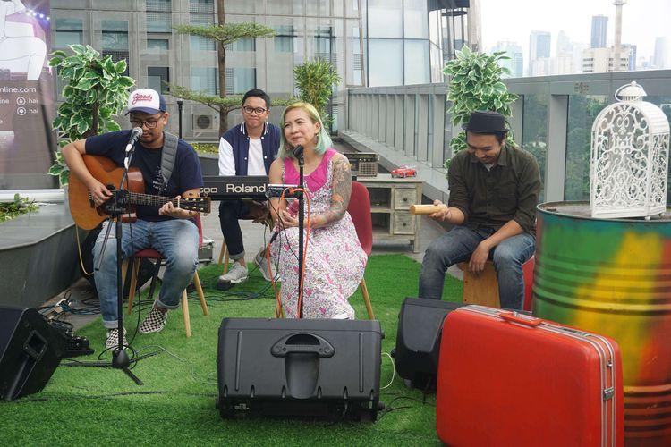 Band Ten2Five tampil di acara rooftop gigs di Menara Kompas, Palmerah, Jakarta, Selasa (10/03/2020).
