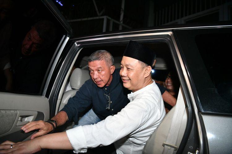 Mantan Kepala Badan Penyehatan Perbankan (BPPN) Syafruddin Arsyad Temenggung (kanan) meninggalkan Rutan Kelas 1 Jakarta Timur Cabang Rutan KPK, Jakarta, Selasa (9/7/2019). Syafruddin adalah terdakwa perkara dugaan korupsi penghapusan piutang Bantuan Langsung Bank Indonesia (BLBI) terhadap Bank Dagang Negara Indonesia yang divonis bebas oleh Mahkamah Agung dari segala tuntutan hukum. Ia sebelumnya dihukum 15 tahun penjara pada tingkat banding. ANTARA FOTO/Sigid Kurniawan/wsj.