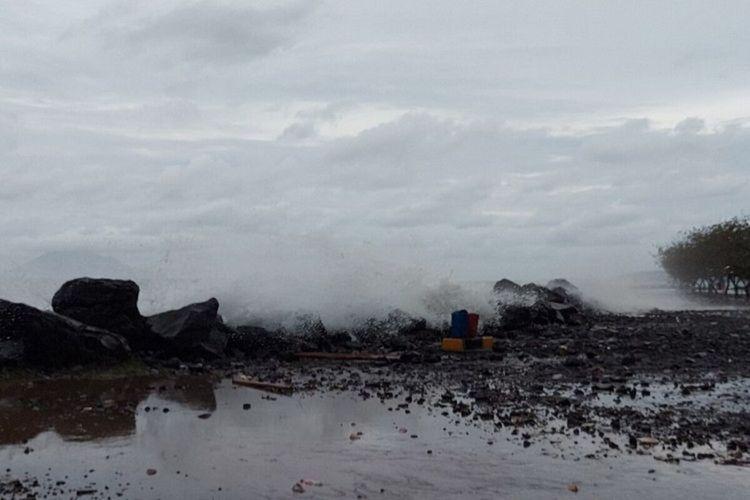 Gelombang pasang terjadi di wilayah pesisir pantai Manado, Sulawesi Utara, tepatnya di kawasan Boulevard, Minggu (17/1/2020) pukul 17.33WITA. Ombak juga lontarkan kerikil. Akibatnya badan jalan mulai tergenang dan dipenuhi krikil-krikil.
