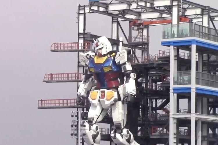 Tangkapan layar dari video yang menunjukkan robot Gundam RX-78 asli pemanasan dengan bergerak di Gundam Factory Yokohama, Jepang, pada Senin (21/9/2020).