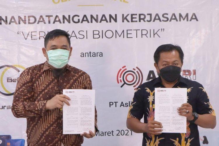 Penandatanganan kerja sama verifikasi biometrik antara perusahaan layanan perdagangan kripto Bechipindo yang diwakilkan oleh General Manager Bechipindo Gerardus A Soko S.Sos, Msi dengan CEO PT Asli Rancangan Indonesia (Asli RI) Irjen Pol (Purn) Drs Arief Dharmawan, Jumat (5/3/2021)