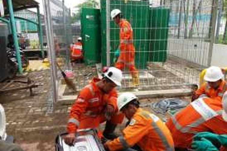 Para pekerja PGN tengah memasang pipa gas