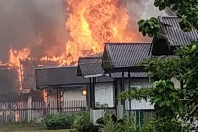 Salah satu oerumahan di Distrik Dekai yang menjadi sasaran amuk nassa di Distrik Dekai, Kabupaten Yahukimo, Papua, Minggu (3/10/2021)