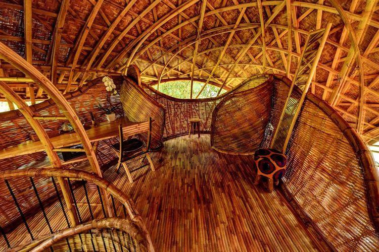 Struktur atap melengkung dari bambu menahan penutup atap dari tembaga.