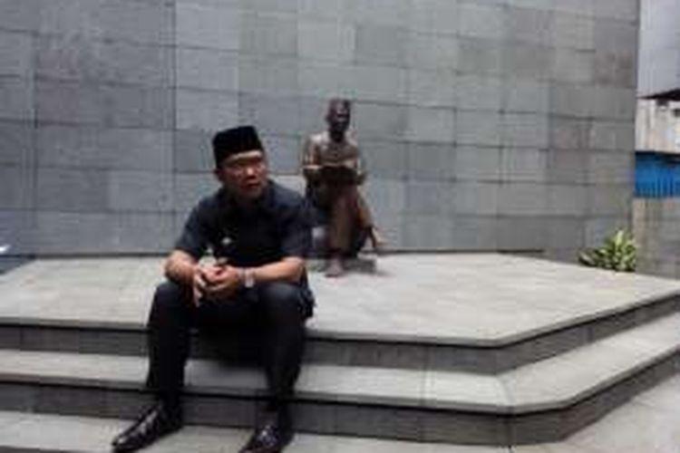 Wali Kota Bandung Ridwan Kamil saat duduk di depan patung Bung Karno di Penjara Banceuy, Senin (30/5/2016)