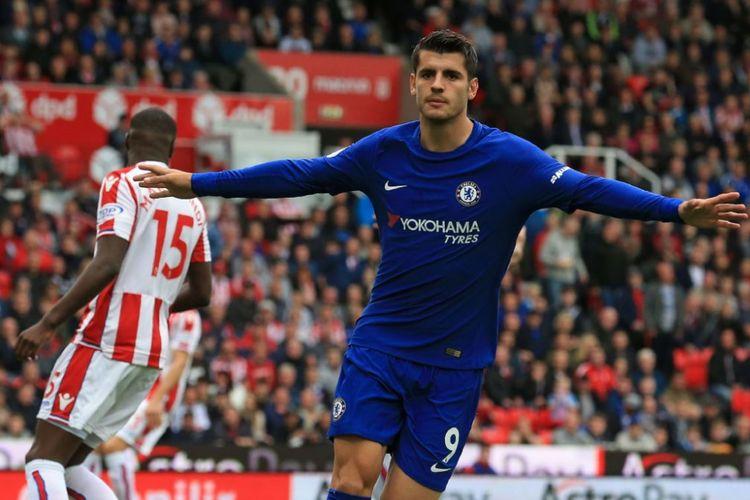 Penyerang Chelsea, Alvaro Morata, merayakan golnya ke gawang Stoke City pada pertandingan pekan keenam Premier League, Sabtu (23/9/2017).