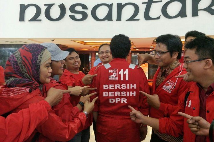 Caleg Partai Solidaritas Indonesia datang ke gedung DPR untuk meminta data seputar penggunaan anggaran anggota DPR. Mereka mengenakan pakaian bertuliskan Bersih-Bersih DPR, Jumat (7/12/2018).
