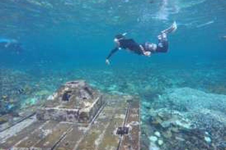 Candi, titik spot snorkeling di Pahawang, Lampung. Beton berbentuk candi ditenggelamkan dan menjadi habitat biota laut,