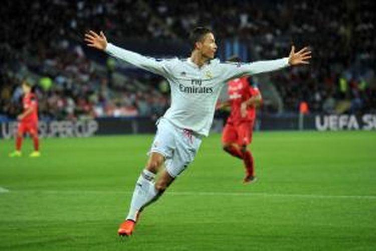 Bomber Real Madrid, Cristiano Ronaldo (kanan) saat mencetak gol kedua ke gawang Sevilla pada Piala Super Eropa di Stadion Cardiff City, Selasa atau Rabu (13/8/2014) dini hari WIB.