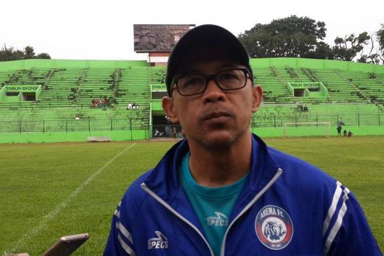 Pelatih Arema FC Aji Santoso usai menjalani latihan di Stadion Gajayana, Kota Malang, Senin (20/2/2017)