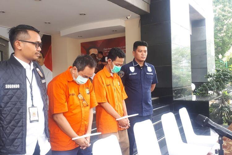 Polisi menangkap dua tersangka penipuan dan atau penggelapan dengan modus rekruitmen pegawai PT Kereta Api Indonesia (KAI).  Masing-masing tersangka bernama Fajar (FTS) dan Ikhwansyah (IL). Foto diambil dalam konferensi pers di Polda Metro Jaya, Jakarta Selatan, Senin (23/12/2019).
