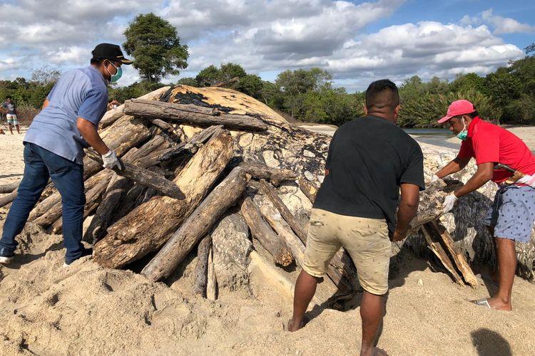 Warga sedang mempersiapkan pembakaran bangkai paus  di esa Ngadu Mbolu, Kecamatan Kecamatan Umbu Ratu Nggay, Kabupaten Sumba Tengah, Nusa Tenggara Timur (NTT)