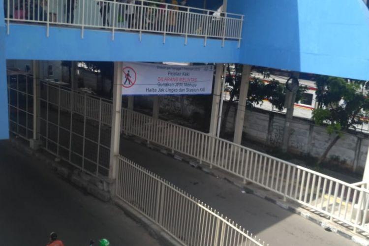 Kondisi Jalan Jatibaru Raya tepatnya di bawah jembatan penyeberangan multiguna (JPM) atau skybridge Tanah Abang, Jakarta Pusat, pada Kamis (7/2/2019) telah steril dari para pejalan kaki.