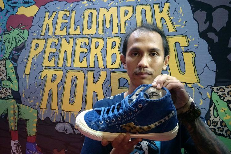 Febrian Pangestu yang berhasil mendapatkan kesempatan untuk membeli sepatu edisi khusus KPR x Compass Meroket Bersama Compass saat diabadikan di M Bloc Space, Jakarta Selatan, Kamis (5/3/2020).