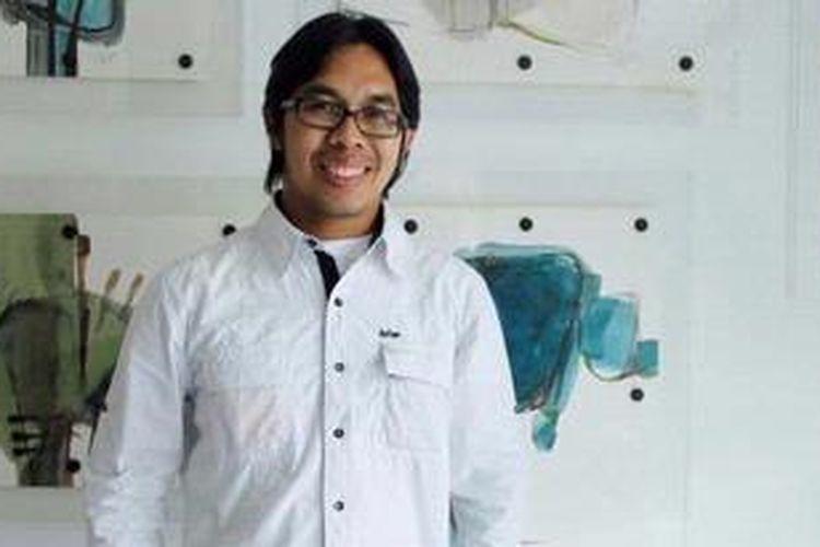 Penulis Ahmad Fuadi berpose saat jumpa pers terkait rencana pembuatan film yang diangkat dari novel karyanya yang berjudul Negeri 5 Menara, di Penang Bistro, Kebayoran Baru, Jakarta, Rabu (4/5/2011). Novel ini menceritakan kisah enam sahabat yang memiliki kegigihan dalam meraih mimpi-mimpi mereka.
