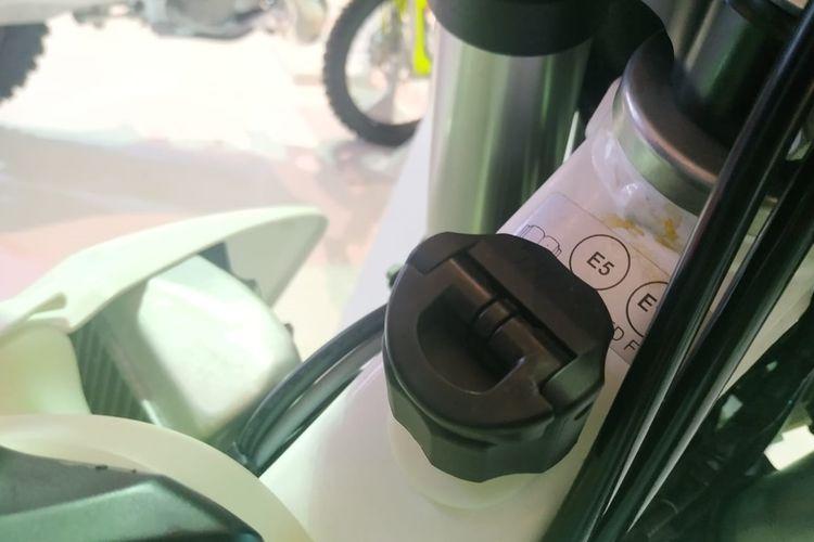 Lubang pengisian oli samping di Husqvarna TE250i dan TE300i