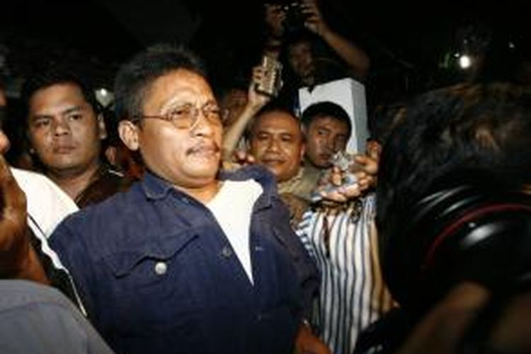 Pollycarpus Budihari Priyanto saat dijemput dari rumahnya di kawasan Pamulang, Tangerang, Banten, Jumat (25/1/2008) malam, oleh tim Kejaksaan Negeri Jakarta Pusat dan Kejaksaan Tinggi DKI Jakarta untuk dieksekusi.