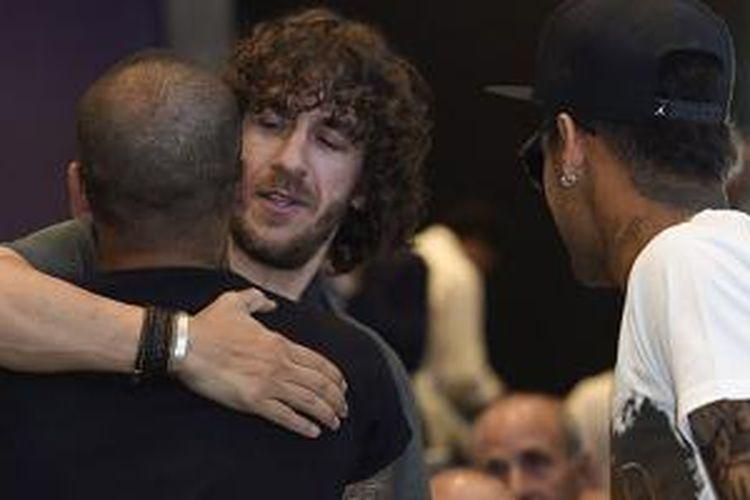 Carles Puyol memeluk Dani Alves dan disaksikan Neymar pada acara perpisahan Xavi, Rabu (3/6/2015).