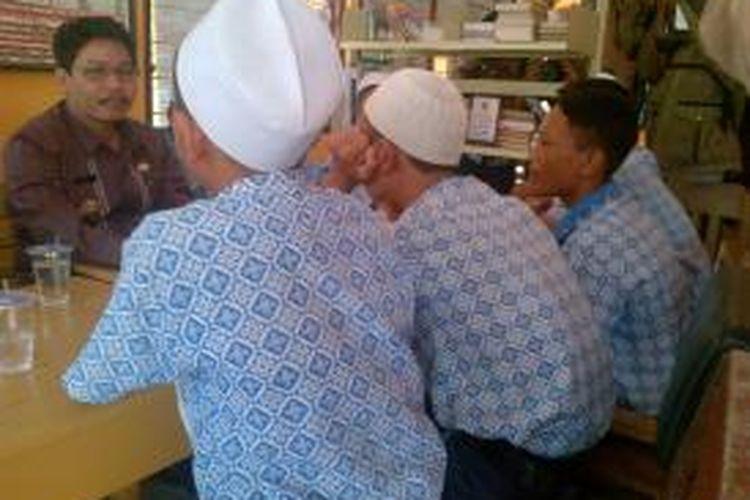 Siswa yang menjadi korban oknum guru berkumpul di Balai Desa Banjar Turi, Warureja, Tegal, Jawa Tengah, Kamis (21/11/13)