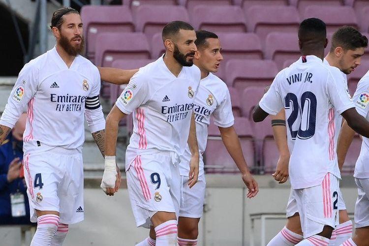 Para pemain Real Madrid merayakan gol Sergio Ramos ke gawang Barcelona pada laga El Clasico di Stadion Camp Nou, 24 Oktober 2020.