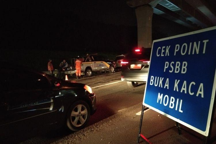 Sejumlah kendaraan tengah mengantre di pos check point dan pemeriksaan SIKM DKI Jakarta di tol Japek kilometer 47 B, Minggu (25/5/2020).