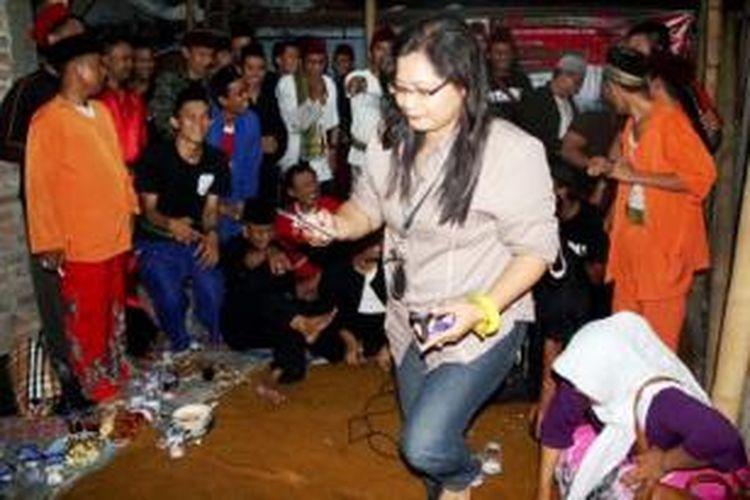 Sebagian anggota komunitas Pasar Betawi saling bertemu, Senin (13/10/2014) malam hingga Selasa dini hari, di kawasan Kemandoran, Jakarta. Sejumlah kegiatan seni dan budaya khas Betawi menjadi fokus kegiatan komunitas tersebut.