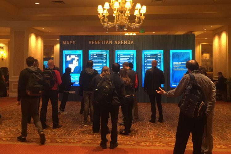 Sejumlah peserta mencermati agenda AWS re: Invent 2017 di The Venetian, Las Vegas, Amerika Serikat. Gambar diambil pada Selasa (28/11/2017) waktu setempat atau Rabu (29/11/2017) WIB.