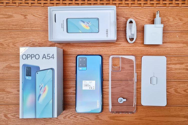 Isi di dalam kotak kemasan Oppo A54 terbilang cukup lengkap yang mencakup charger, buku panduan dan kartu garansi, SIM card ejector tool, serta casing silikon transparan. Kebetulan, unit yang didapat adalah varian warna Starry Blue