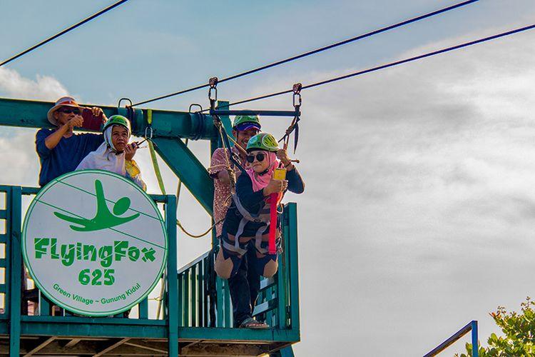 Turis Malaysia menjajal flying fox terpanjang kedua se-Asia Tenggara di Green Village Gedangsari Gunungkidul.