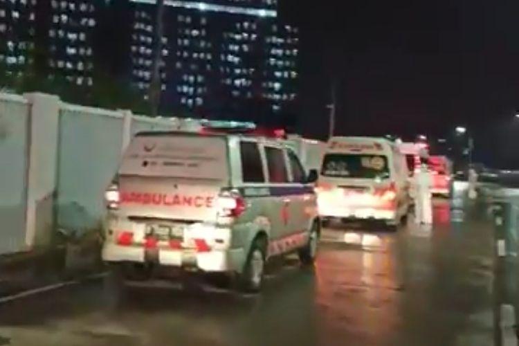 Tangkapan layar video berdurasi 29 detik yang menunjukkan antrean ambulans untuk masuk ke rumah sakit darurat Wisma Atlet.