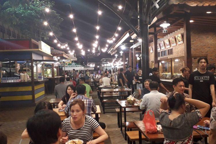 Suasama area kuliner Food Street di Pulau D Reklamasi atau kawasan Pantai Maju, Rabu (23/1/2019).