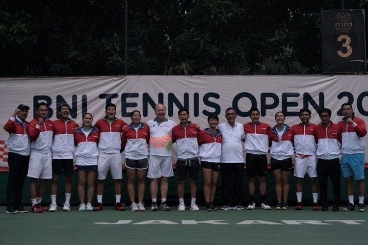 Ketua Umum PP Pelti Rildo Ananda Anwar (keenam dari kanan) berfoto bersama dengan timnas tenis dan ofisial usai acara BNI Tennis Open 2019 di lapangan tenis The Sultan Residence & Hotel, Jakarta, Jumat (22/11/2019). Tim ini akan berlaga di SEA Games 2019, Manila, Filipina pada Desember mendatang.