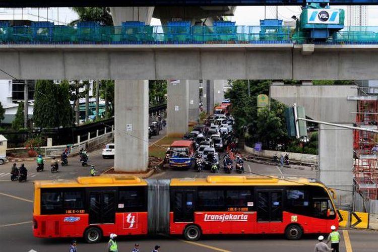Bus transjakarta melintas di jalan Trunojoyo, Jakarta Selatan, Jumat (16/1/2017).