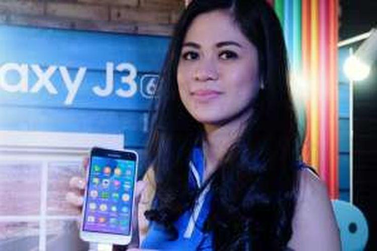 Model menunjukkan ponsel Samsung Galaxy J3 (2016) yang diluncurkan dalam sebuah acara di Jakarta, Kamis (2/6/2016)