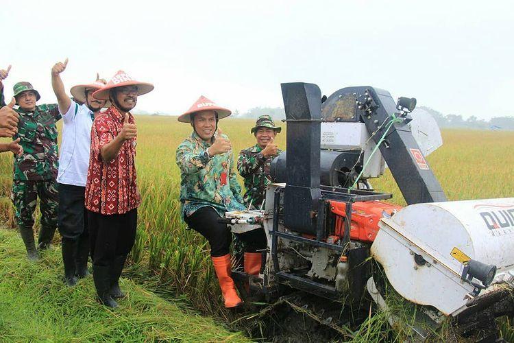 Bupati Wonogiri, Joko Sutopo melakukan panen raya di Desa Mojopuro, Kecamatan Wuryantoro, Kabupaten Wonogiri sebelum masa pandemi.
