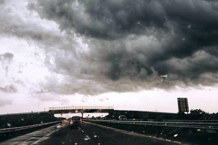 Viral Awan Hitam Besar Di Langit Surabaya Begini Penjelasannya Halaman All Kompas Com