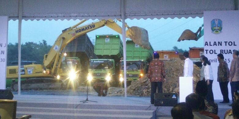 Percepatan Pembangunan Jalan Tol Ruas Solo-Ngawi dan Ngawi-Kertosono, di Ngawi, Jawa Timur, Kamis (30/4/2015).