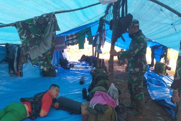 Komandan Kodim 0313/Kampar Letkol Inf Aidil Amin mengunjungi salah satu prajurit TNI AD yang alami sakit akibat terpapar asap saat pemadaman karhutla di Desa Bedagu, Kecamatan Langgam, Kabupaten Pelalawan, Riau, Sabtu (3/8/2019).