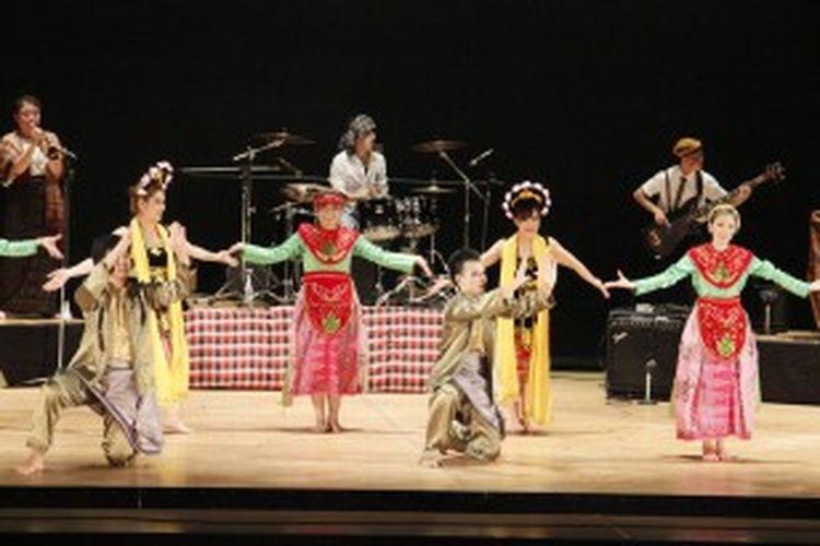 Sebagai acara puncak, Indonesian Week 2013 akan ditutup dengan Grand Show, yaitu pertunjukan kolosal tari tradisional Indonesia dan musik yang dikemas secara apik dalam sebuah drama, seperti pada Indonesia Week 2012 lalu.