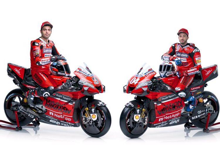 Dua rider Ducati, Andrea Dovizioso (kanan) dan Danilo Petrucci, berpose dengan motor Desmosedici mereka untuk musim MotoGP 2020.