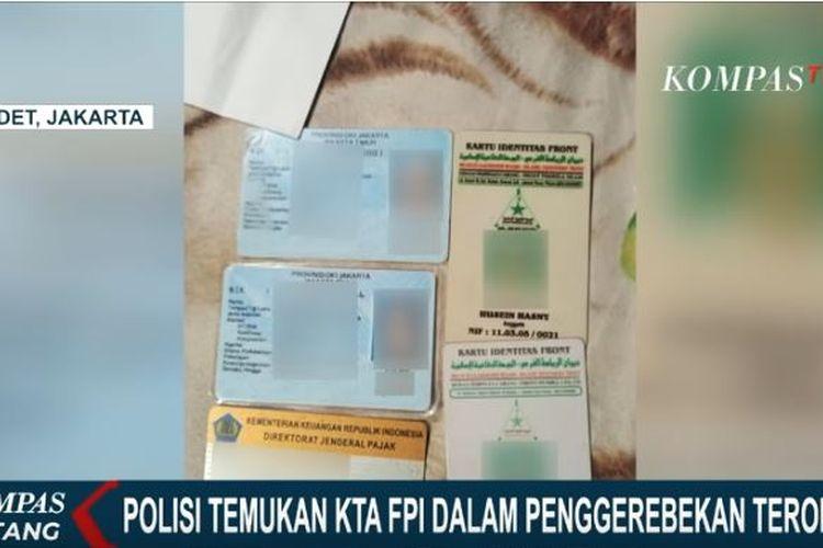 Polisi temukan kartu anggota FPI saat penggeledahan rumah terduga teroris di Condet, Jakarta Timur.