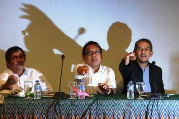 Anggito Abimanyu (paling kanan) mundur dari UGM setelah dituduh menjiplak artikel orang lain dalam tulisannya mengenai Asuransi Bencana yang dimuat Kompas, 10 Februari 2014.