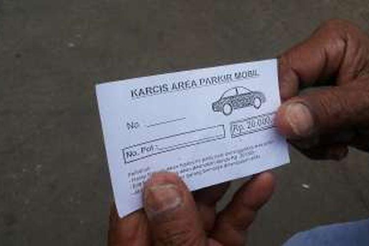 Karcis parkir liar dengan tarif Rp 20.000 di ruas Jalan KH Mas Mansyur, Tanah Abang, Jakarta Pusat.