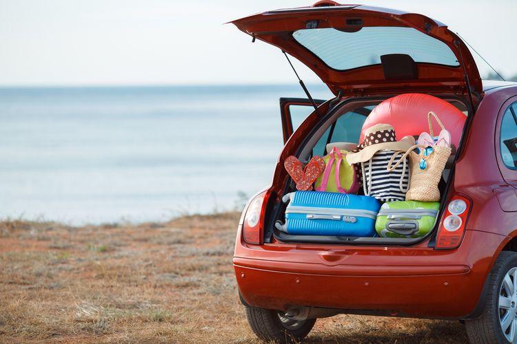 Ilustrasi barang-barang memenuhi bagasi mobil saat road trip