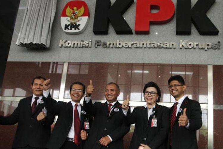 Ketua KPK Agus Rahardjo (tengah) berfoto bersama para Wakil Ketua KPK Basaria Pandjaitan (dua kanan), Laode Muhamad Syarif (kanan), Saut Situmorang (kiri), dan Alexander Marwata usai acara peresmian gedung baru KPK di Jalan Kuningan Persada, Kavling C4, Jakarta Selatan, Selasa (29/12/2015).